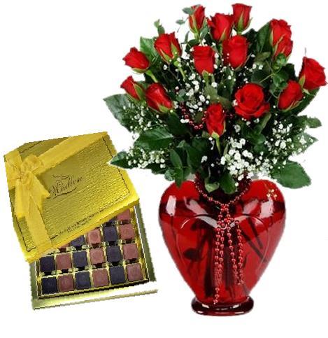 Kırmızı kalp camdagül ve çikolata
